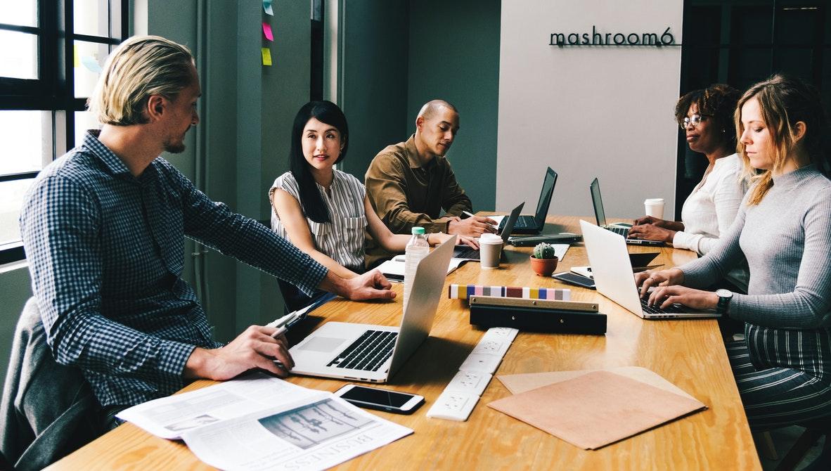 Pessoas em torno de uma mesa de reunião