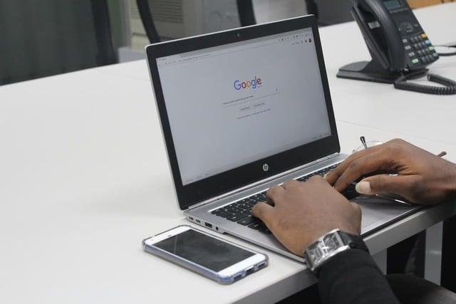 Homem digitando em um laptop