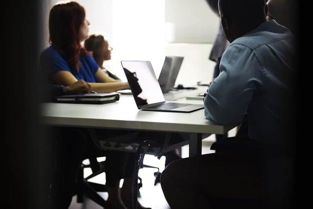 Pessoas em uma sala de reunião