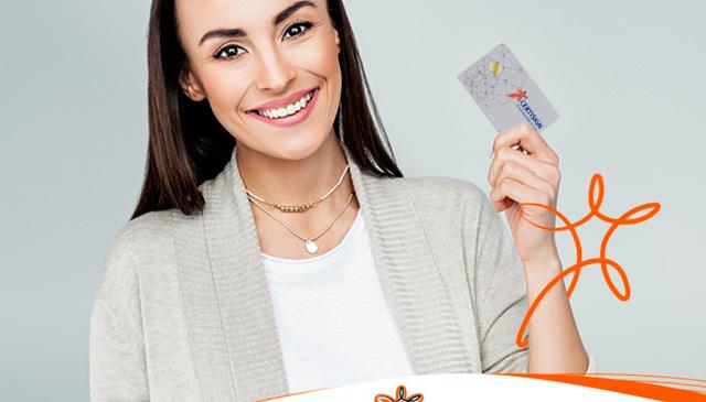 Moça segurando um cartão da Certisign