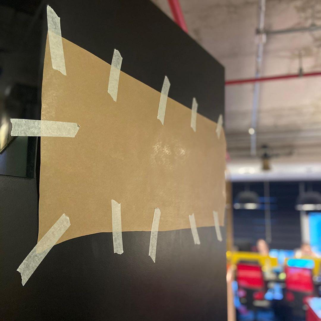 Na foto, encontra-se a porta do escritório da Gentrop com o novo logo coberto por papelão.